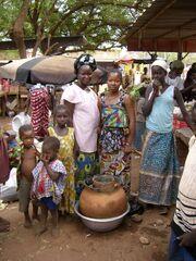 Gemüseverkäuferinnen mit Tonkrugkühler, Female vegetable sellers with clay pot cooler, vendeuses des légumes avec un canari frigo, Ouahigouya, Burkina Faso