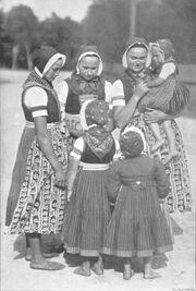 Frauen in Schleifer Tracht um 1900