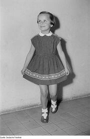 Fotothek df roe-neg 0006503 019 Ein Mädchen posiert mit Sommerkleid bei der -Internationalen Messemodenschau-, H