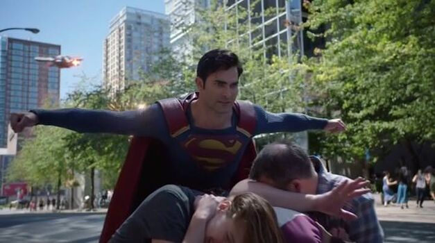 supergirl-superman-protect-civilians