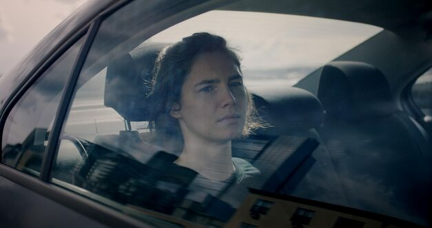 amanda-knox-in-back-seat-of-car