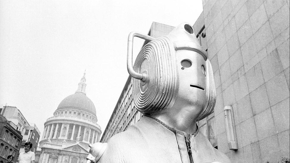 Cyberman in front of St Paul's