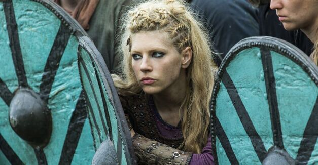 Vikings season 4 Lagertha fighting in a shield wall