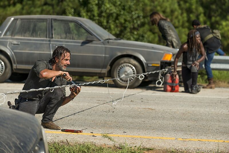 the walking dead rick michonne cars with wire strung between them