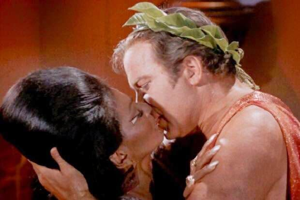 kirk-uhura-kiss-star-trek