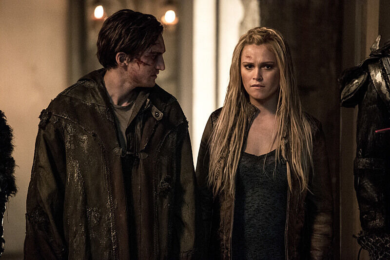 """The 100 -- """"Stealing Fire"""" -- ImageÃÂ'Ã'HU309b_0054 -- Pictured (L-R): Richard Harmon as Murphy and Eliza Taylor as Clarke -- Credit: Cate Cameron/The CW -- ÃÂ'Ã'© 2016 The CW Network, LLC. All Rights Reserved"""