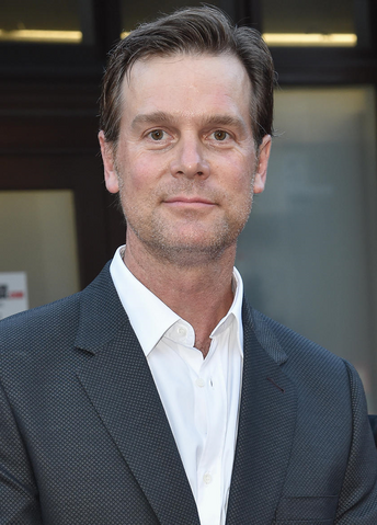 File:Peter Krause.png