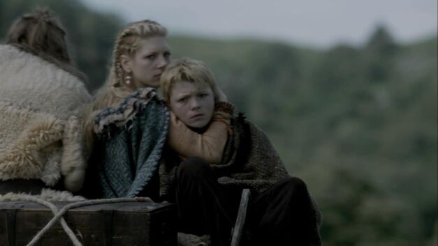 lagertha leaving ragnar on a cart with son