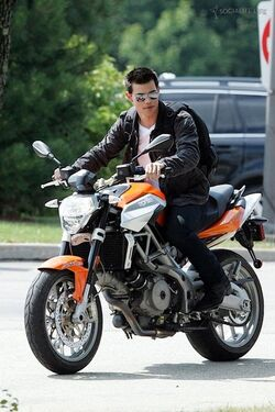 Gallery main-taylor-lautner-abduction-film-set-motorcyle-07122010-03