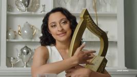 Debra (Mitra Jouhari)