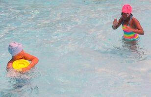 Skwim frisbee-toss-w-defender