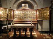 Triptyque doré situé derrière un autel