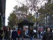 Paris 75009 Boulevard des Capucines no 08 - sidewalk and newspaper stand