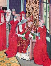 Enluminure montrant un homme en tenue ecclésiastique rouge assis sur un trône et tenant une crosse épiscopale. Plusieurs hommes également en rouge l'entourent et l'un d'eux le couronne avec la tiare papale.