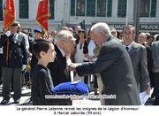 Le général Pierre Latanne remet les insigne de la Légion d'honneur à Marcel Laborde