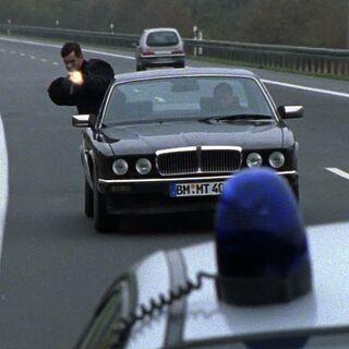 Unbekannte verüben einen Anschlag auf die Cops.