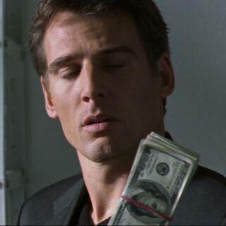 Tom findet Bestechungsgeld in Behrmanns Wohnung.