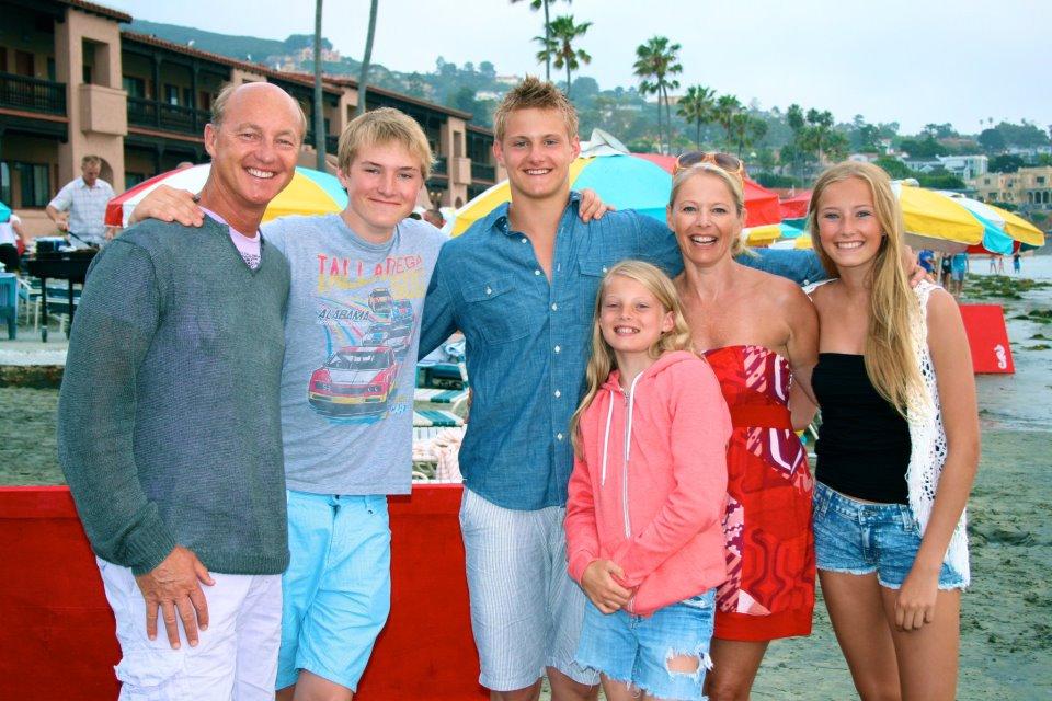 Familiefoto van de acteur, een relatie met Lindsey Vonn, die beroemd is vanwege The Seeker, Lone Survivor, Race to Witch Mountain & The Hunger Games
