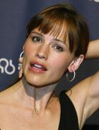 Hoop-earrings-jennifer-garner-1852124-816-1077