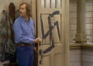 All in the Family ep 3x20 - Mike sees Swastika on front door