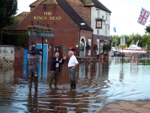File:Severn flood 2007 Interview with ITV (central).jpg