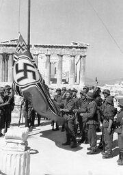 421px-Bundesarchiv Bild 101I-164-0389-23A, Athen, Hissen der Hakenkreuzflagge