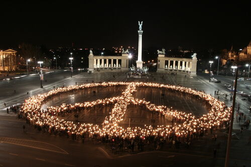 BUDAPEST Heroes Square 2-peace sign2007