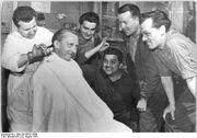 Bundesarchiv Bild 183-85787-0005, Berlin, Mauerbau, Kampfgruppen, Freizeit