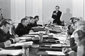 Рыжков ведёт заседание Совета Министров