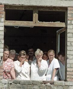 Сотрудники и пациенты городской больницы во время теракта