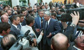 Борис Ельцин отвечает на вопросы журналистов после своего выступления