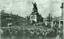 Митинг перед памятником-0