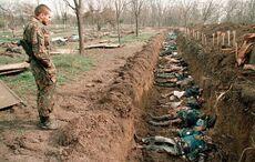 Российские солдаты обнаруживают мертвые тела