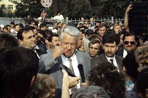 Борис Ельцин выступает перед журналистами