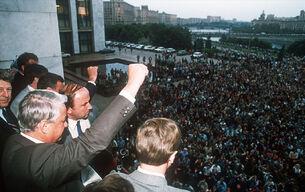Борис Ельцин выступает перед сторонниками