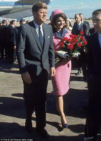JFK y Jacqueline Kennedy en el aeropuerto de Dallas