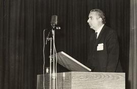 El rector Thayer procediendo a la ceremonia de inauguración del Primer Seminario Inter-universitario Austral chileno-argentino.
