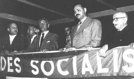 Raúl-Feresín-entre-dos-referentes-del-Socialismo-Américo-Ghioldi-ante-el-micrófono-y-Nicolás-Repetto