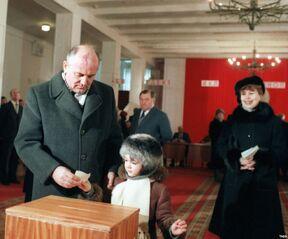 Горбачёв на избирательном участке