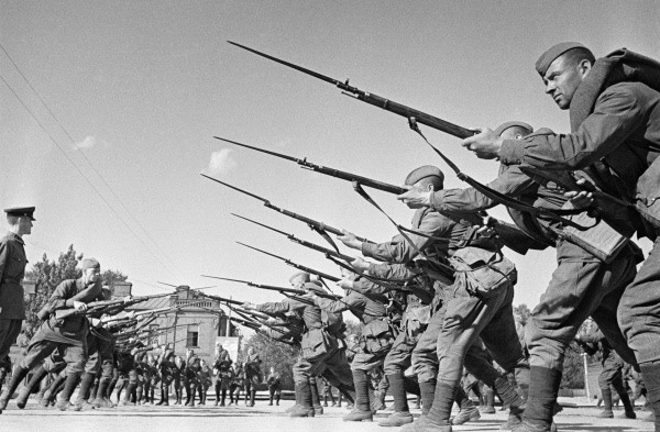 File:RIAN archive 640806 Soldiers train before going to front line.jpg