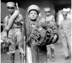 Niño con pertrechos de soldado federal