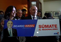 Ricardo Israel presentando afiche de campaña (CNS)