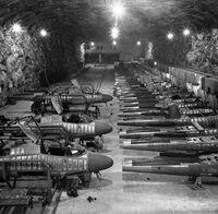 Zweiter-Weltkrieg-Unterirdische-Kampfflugzeug-Produktion-in-Salzbergwerk