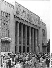 462px-Bundesarchiv Bild 183-55823-0005, Berlin, Karl-Marx-Allee, -Deutsche Sporthalle-