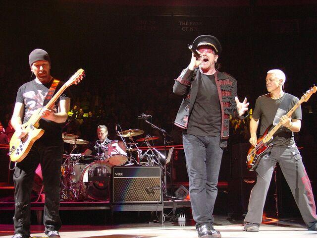File:2005-11-21 U2 @ MSG by ZG.jpg