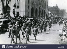 The-united-states-army-32nd-division-red-arrow-marches-east-on-lafayette-BXF2AA