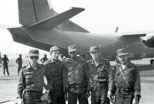 Tropas cubanas frente a un avion de transporte