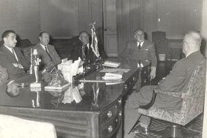 Parlamentarios junto al Presidente Ibañez