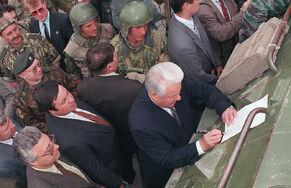 Борис Ельцин подписывает указ на Бронетранспортёре