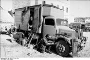 Bundesarchiv Bild 101I-177-1451-19A, Griechenland, LKW mit Kastenaufbau